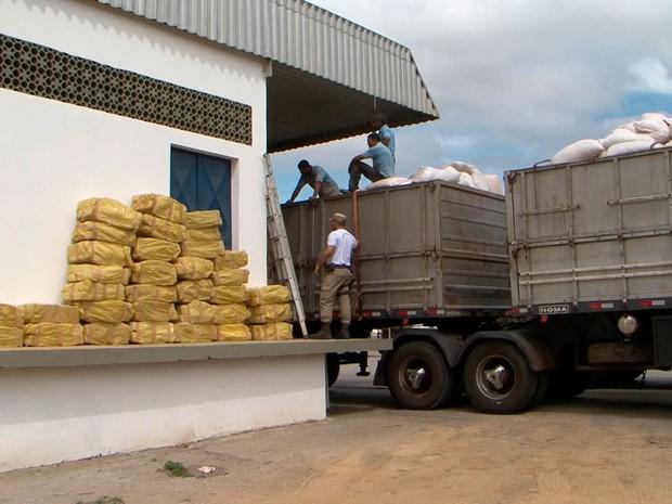 Cerca de 6 toneladas de maconha foram encontradas em carreta bitrem, na Bahia (Foto: Reprodução/ TV Sudoeste)