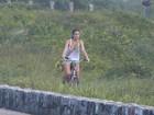 Bruna Marquezine aproveitou a manhã de folga para se exercitar na orla do Rio