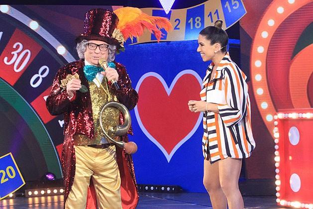 Raul Gil, caracterizado como Chacrinha, brinca com Patricia Abravanel no programa 'Máquina da Verdade' (Foto: Divulgação/SBT)