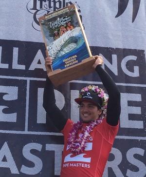 Gabriel Medina levanta troféu de campeão da Tríplice Coroa Havaiana (Foto: David Abramvezt)