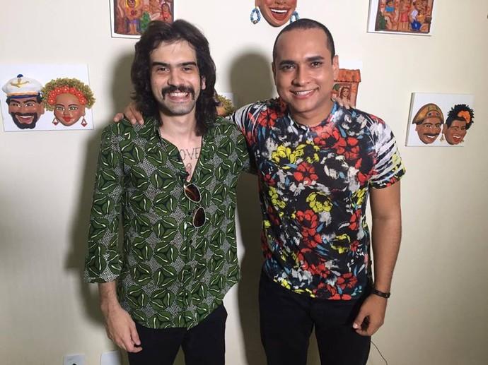 Apresentador Menilson Filho entrevista o cantor Givly Simons (Foto: TV Sergipe)
