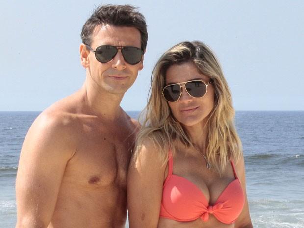 Murilo Rosa e Flávia Alessandra chegaram cedinho à praia (Foto: Salve Jorge/TV Globo)