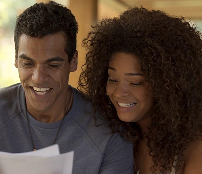 Tiago e Dora ficam radiantes com resultado de exame (Foto: TV Globo)