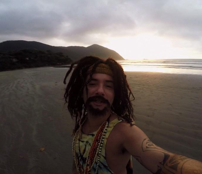 Mustafary curte o nascer do sol em uma praia (Foto: Reprodução)