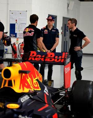 Max Verstappen na fábrica da Red Bull, em Milton Keynes, na Inglaterra (Foto: Divulgação/Red Bull)