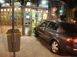 Carro invadiu restaurante em 2010 (Foto: Reprodução/TV Vanguarda)