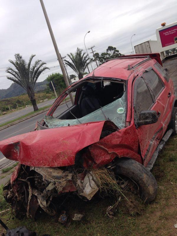 Carro ficou com a frente destruída após queda de barrando e capotamento  (Foto: Leandro Tedesco / TV Gazeta)
