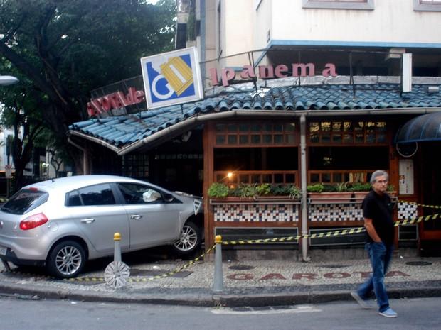 Acidente envolvendo um veículo que invadiu o restaurante Garota de Ipanema, na rua Vinicius de Moraes, no bairro de Ipanema no Rio de Janeiro (RJ), na madrugada deste sábado (25). (Foto: ALESSANDRO BUZAS/FUTURA PRESS/FUTURA PRESS/ESTADÃO CONTEÚDO)