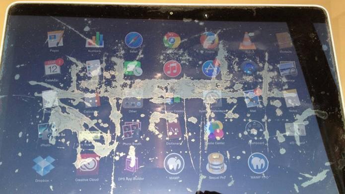 Problemas com Macbooks criam riscos na tela de retina (Foto: Reprodução/Gizmodo)