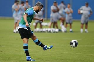 Douglas, meia, Grêmio (Foto: Lucas Uebel / Grêmio / Divulgação)