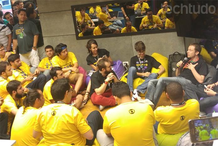 Tiago Leifert lota sala de estar do Big Brother Brasil com papo sobre Internet e TV (Foto: Melissa Cruz / TechTudo)