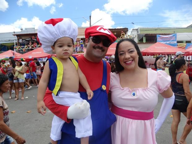 Ideia da família se vestir como personagens do game Mario Bros foi do gerente comercial Carlos Rezende (Foto: Joalline Nascimento/ G1)