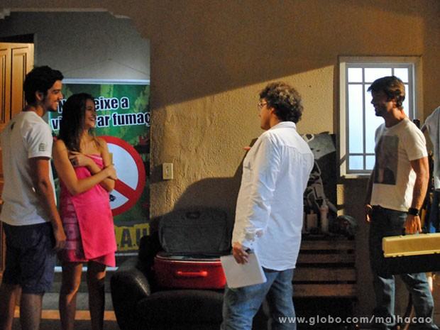 O diretor Luiz Henrique Rios ensaia a cena com Rodrigo Simas, Ju Paiva e Kayky Brito (Foto: Malhação / Tv Globo)