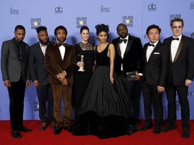 Equipe de 'Atlanta' com o Globo de Ouro de melhor série de comédia