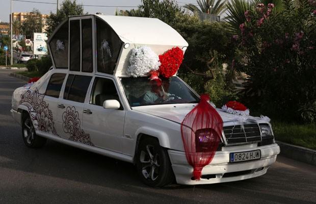 Palestino constrói à mão limusine para casamentos (Foto: MAJDI FATHI / NURPHOTO)