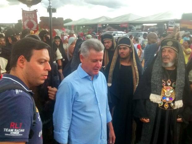 Governador do DF, Rodrigo Rollemberg, chega à encenação da Via Sacra em Planaltina (Foto: Isabella Calzolari/G1)