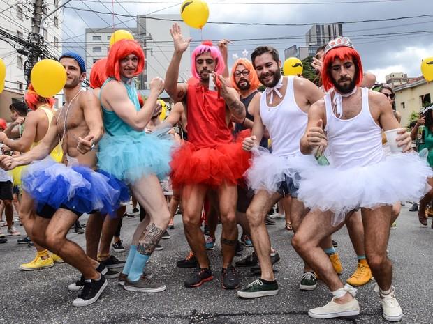 30/01 - Foliões se divertem no bloco Ritaleena na rua Joaquim Antunes, no bairro de Pinheiros, em São Paulo. O cordão é uma homenagem a cantora Rita Lee (Foto: J. Duran Machfee/Estadão Conteúdo)