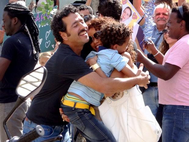 Sandro aproveita para tirar uma casquinha (Foto: Cheias de Charme / TV Globo)