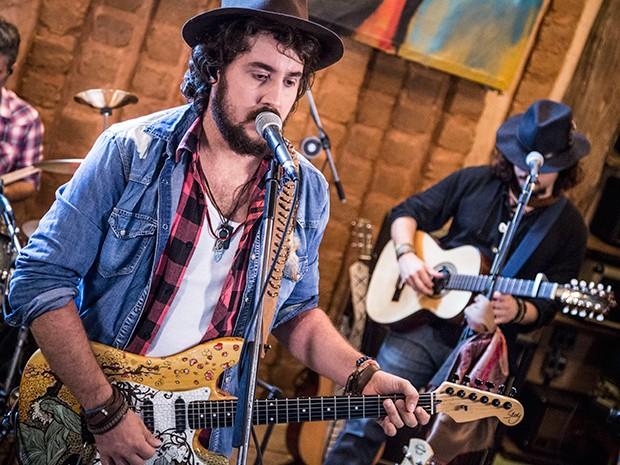 """Rodrigo Suricato (violão), Raphael (baixo) e Pompeo (bateria) tocam sua música """"Trem"""" (Foto: Raphael Dias/Gshow)"""