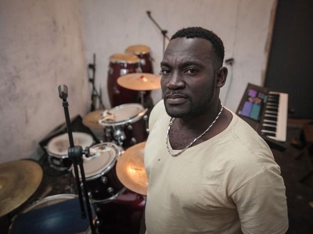 O haitiano Louides Charles, 38, trabalha na construção civil no Brasil e fundou uma banda que toca músicas de seu país (Foto: Marcelo Brandt/G1)