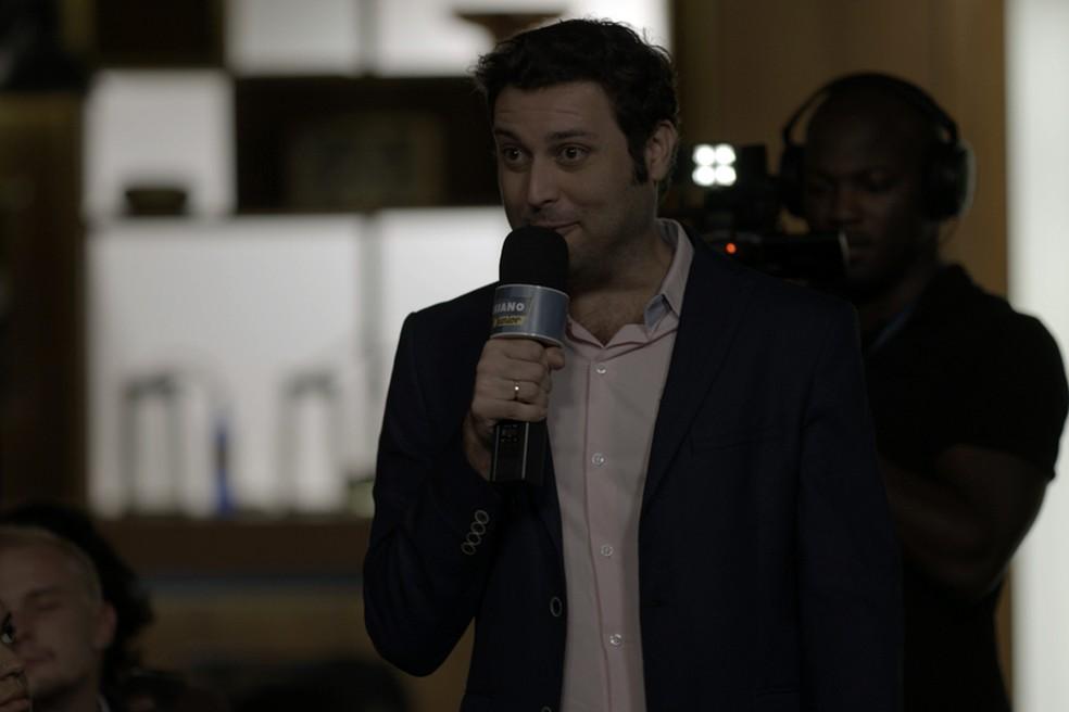 O apresentador acusa Gui na meio da coletiva de imprensa (Foto: TV Globo)