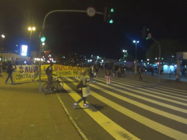 Manifestantes chegaram ao Ticen perto das 20h05 nesta sexta-feira (14) em Florianópolis (Foto: Reprodução/RBS TV)