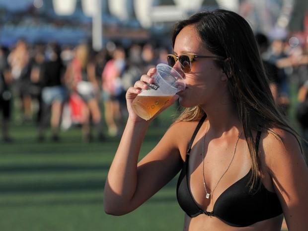 'Musa' de biquíni se refresca com copo de cerveja no Rock in Rio (Foto: Flavio Moraes/G1)