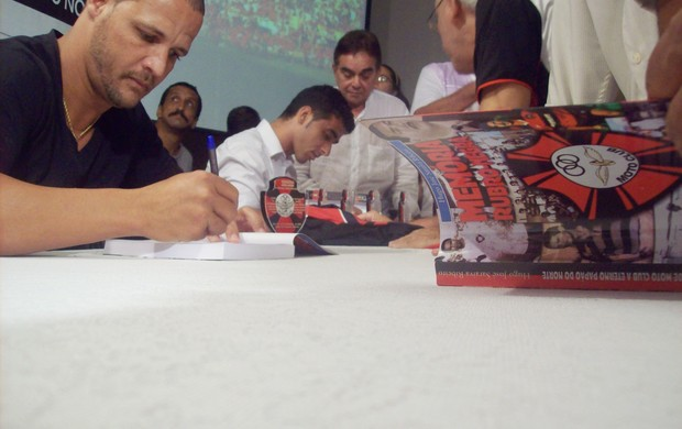 Jack Jone autográfa livro no lançamento da obra que conta história do Moto Club (Foto: João Ricardo/Globoesporte.com)
