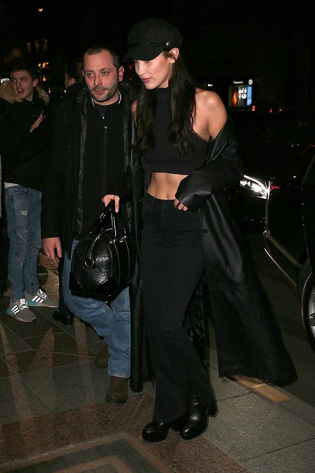 Bella Hadid chega para o desfile da Givenchy em Paris (Foto: Getty Images)