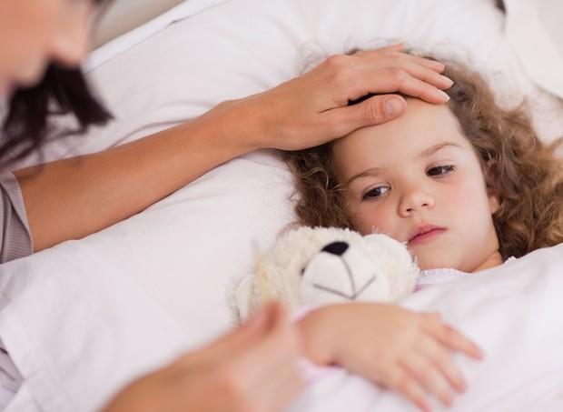 Criança doente na cama (Foto: Thinkstock)