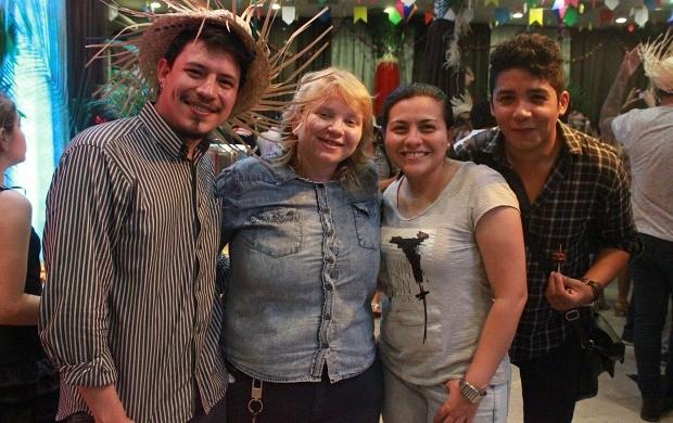 Erick Courtier (à esquerda) ao lado dos colegas da Mauwê Comunicação (Foto: Katiúscia Monteiro/ Rede Amazônica)
