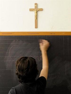 Foto tirada em julho de 2010 mostra crucifixo em sala de aula em Viterbo, na Itália (Foto: Tiziana Fabi / AFP Photo)