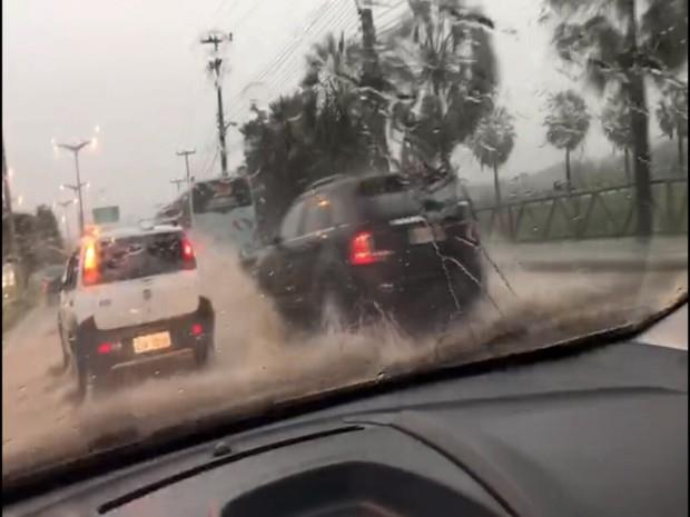 Trecho da Avenida Washington Soares no Bairro Parque Manibura ficou alagado. Trânsito ficou congestionado (Foto: Adna Helena/Arquivo Pessoal)