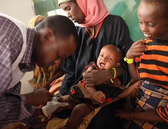 Criança é vacinanada por Médicos Sem Fronteiras no campo de refugiados de Dagahaley que faz parte do gigante assentamento de refugiados de Dadaab (Foto: Oli Scarff/Getty Images)