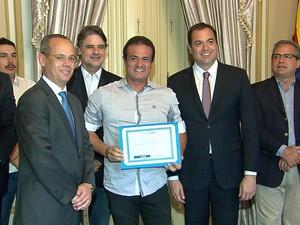 Governador entregou prêmios a gestores de escolas em cerimônia no Palácio do Campo das Princesas (Foto: TV Globo/Reprodução)