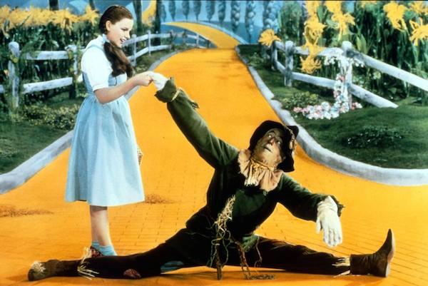 Dorothy e Espantalho em 'O Mágico de Oz' (1939) (Foto: Reprodução)