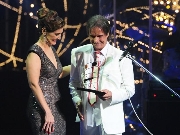 Fátima Bernardes faz homenagem ao cantor  (Foto: João Cotta/TV Globo)