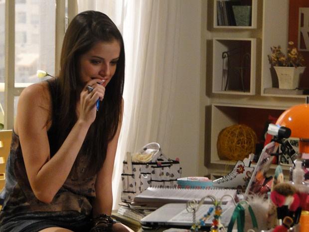 A it-girl está começando a sentir alguma coisa por esse cara misterioso, hein? (Foto: Malhação / Tv Globo)