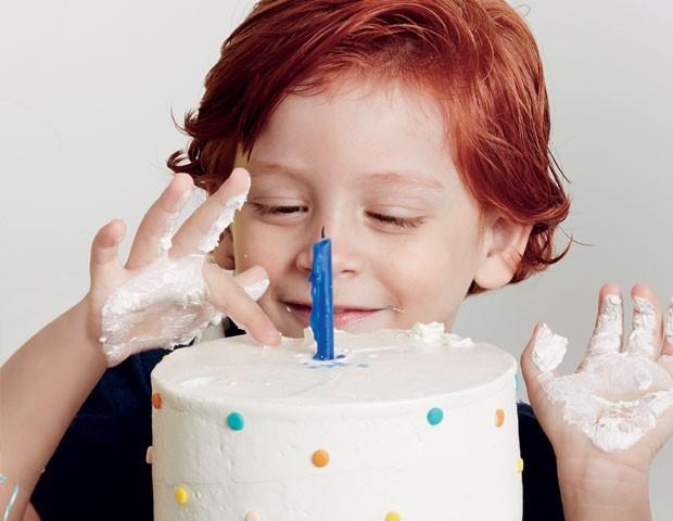 Menino com dedo no bolo (Foto: Raquel Espirito Santo)