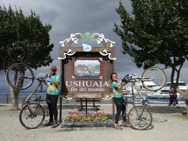 Ciclista chegaram a Ushuaia depois de quase 6 meses de viagem (Foto: Divulgação/Saindo da Casinha)