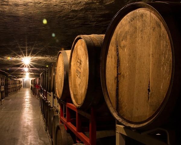Parte das barricas da Founders são armazenadas em uma rede subterrânea de cavernas
