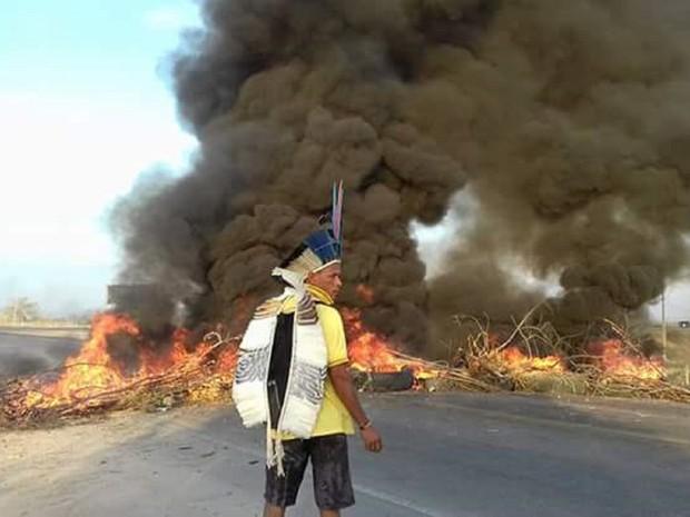 Índios bloquearam BR-423 em Delmiro Gouveia (Foto: Ítallo Timóteo/Portal Radar 89- Rádios Delmiro)