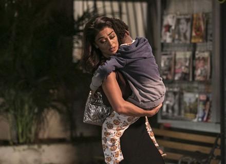 Gabriel passa mal e deixa Carolina desesperada