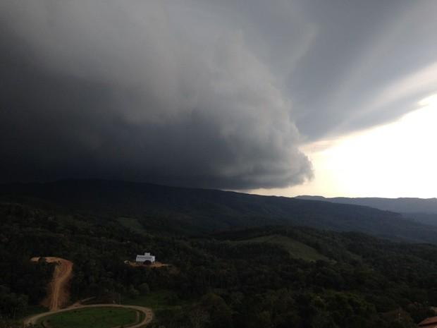 Por volta das 18h, instabilidade se aproximava de Rancho Queimado, na Grande Florianópolis (Foto: RBS TV)