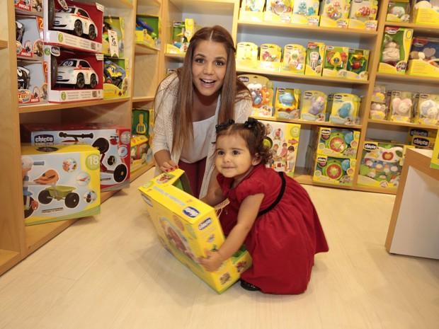 Nívea Stelmann e a filha, Bruna, em loja na Zona Oeste do Rio (Foto: Felipe Panfili/ Ag. News)