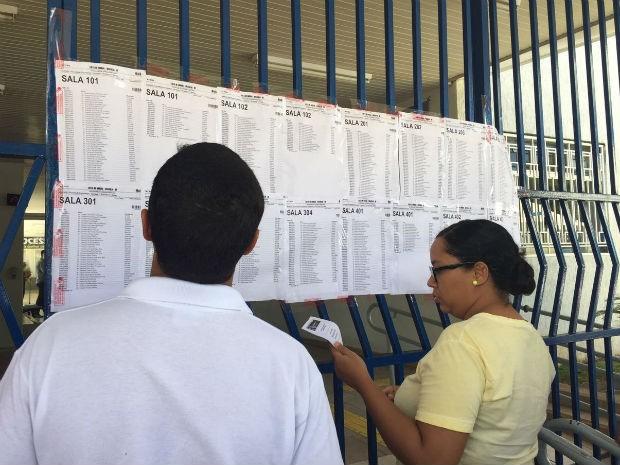 Bacharéis e estudantes de direito conferem sala em local de provas do Exame da OAB, no Distrito Federal (Foto: Alexandre Bastos/G1)