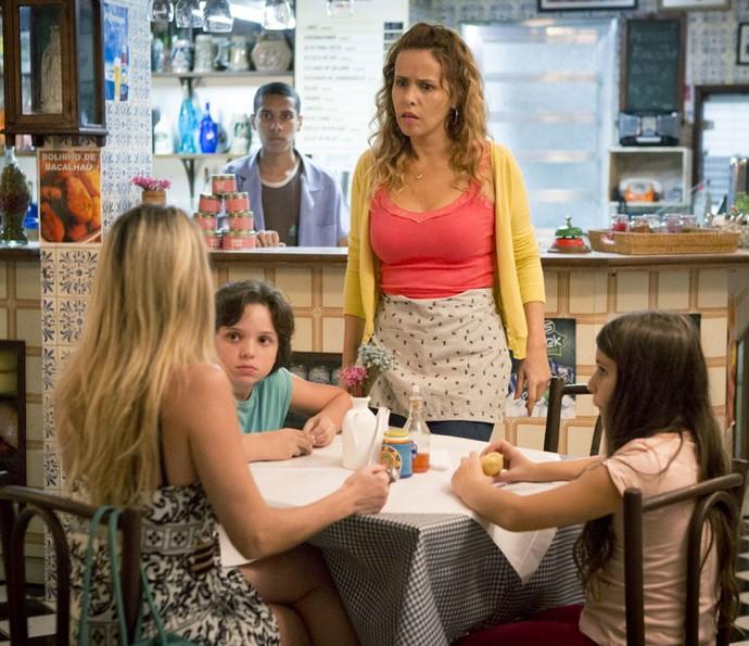 Gilda é pega de surpresa quando Suely conta tudo para as crianças (Foto: Fabiano Battaglin/Gshow)