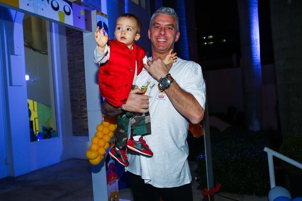 Alexandre_filho de Ana Hickmann_com o pai (Foto: Manuela Scarpa / Photo Rio News)