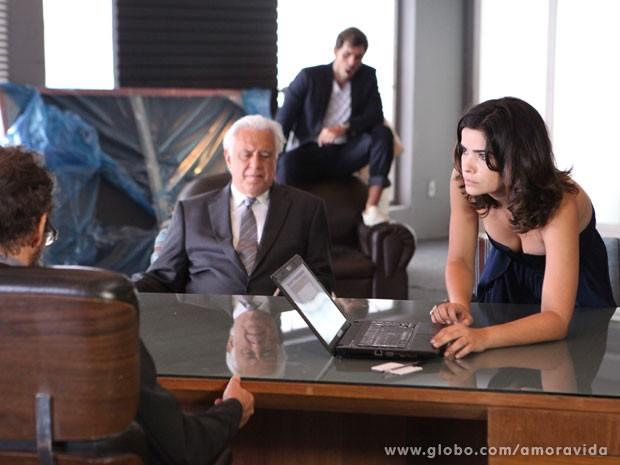 Aline empurra o laptop com o extrato falso de César (Foto: Amor à Vida/TV Globo)