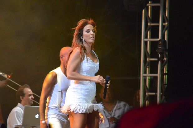 Ivete Sangalo se apresenta na Praia do Forte, na Bahia (Foto: Felipe Souto Maior/AgNews)